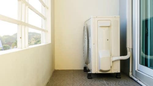 Jak ukryć klimatyzator na balkonie?
